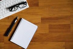 Drewniany biurowego biurka stół z laptopem, notatnikiem i dostawami, Zdjęcia Stock