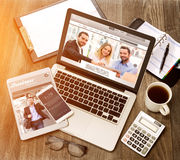 Drewniany biznesmena biurko w wysokiej definici z laptopem, pastylka a zdjęcie royalty free