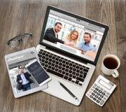 Drewniany biznesmena biurko w wysokiej definici z laptopem, pastylka a fotografia royalty free