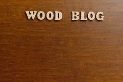 DREWNIANY blog Inskrypcja robić drewniani listy przeciw tłu ciemnego brązu drewno kosmos kopii zdjęcie stock