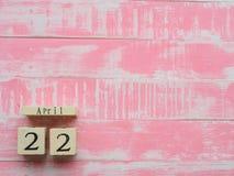 Drewniany Blokowy kalendarz dla Światowego Ziemskiego dnia Kwiecień 22, jaskrawe menchie Zdjęcie Stock