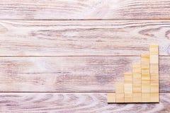 Drewniany bloku sześcian nad czarnym drewnianym textured tłem z kopii przestrzenią dla dodaje słowo teksta tytuł Pojęcie lub konc Zdjęcie Stock