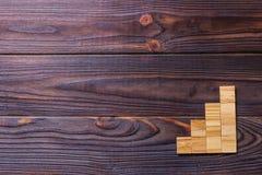 Drewniany bloku sześcian nad czarnym drewnianym textured tłem z kopii przestrzenią dla dodaje słowo teksta tytuł Pojęcie lub konc Obrazy Royalty Free