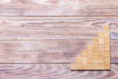Drewniany bloku sześcian nad czarnym drewnianym textured tłem z kopii przestrzenią dla dodaje słowo teksta tytuł Pojęcie lub konc Obraz Royalty Free