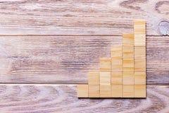 Drewniany bloku sześcian nad czarnym drewnianym textured tłem z kopii przestrzenią dla dodaje słowo teksta tytuł Pojęcie lub konc Obraz Stock
