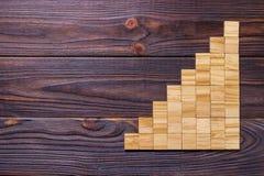 Drewniany bloku sześcian nad czarnym drewnianym textured tłem z kopii przestrzenią dla dodaje słowo teksta tytuł Pojęcie lub konc Zdjęcia Stock