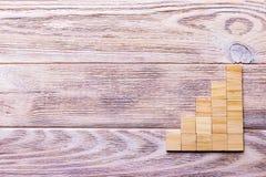 Drewniany bloku sześcian nad czarnym drewnianym textured tłem z kopii przestrzenią dla dodaje słowo teksta tytuł Pojęcie lub konc Fotografia Royalty Free