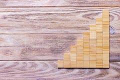 Drewniany bloku sześcian nad czarnym drewnianym textured tłem z kopii przestrzenią dla dodaje słowo teksta tytuł Pojęcie lub konc Fotografia Stock