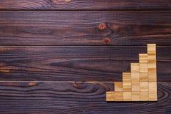 Drewniany bloku sześcian nad czarnym drewnianym textured tłem z kopii przestrzenią dla dodaje słowo teksta tytuł Pojęcie lub konc Obrazy Stock