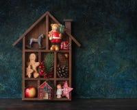 Drewniany Bożenarodzeniowy dekoracyjny dom zdjęcia royalty free