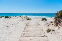 Drewniany boardwalk w Maria Pia plaży zdjęcie stock