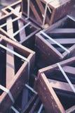 Drewniany brąz malujący pudełka lub skrzynki brogujący w stosie przy pogodnym jesień dniem Plenerowa scena Zdjęcie Stock