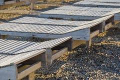 Drewniany bryczka hol na plaży na słonecznym dniu obraz stock