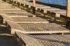 Drewniany bryczka hol na plaży na słonecznym dniu fotografia stock