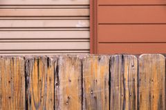 Drewniany budka i metalu drzwi tło Zdjęcia Stock