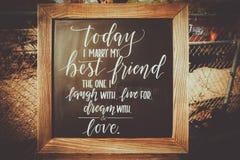 Drewniany chalkboard ślubu znak z wierszem Zdjęcia Royalty Free