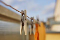 Drewniany clothespin czopu obwieszenie na balkonowym sznurku jako symbol domycie odziewa w domu Fotografia Royalty Free