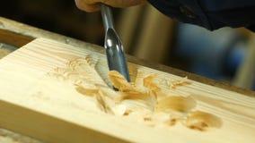 Drewniany cyzelowanie - istota ludzka wręcza cyzelować kawałek drewno zbiory wideo
