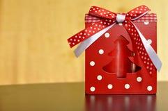 Drewniany czerwieni pudełko z świeczką wśrodku faborkiem i białym i czerwonym dla Bożenarodzeniowej dekoracji zdjęcia royalty free