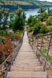 Drewniany długi schody puszek przeciw naturze rzeka i brzeg las Zdjęcie Royalty Free