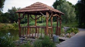 Drewniany dekoracyjny gazebo przy jezioro Zdjęcia Royalty Free