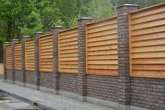 Drewniany dekoracyjny ogrodzenie wokoło ogródu obraz royalty free