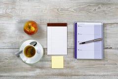 Drewniany Desktop z Business Objects i przekąski jedzeniem Obrazy Royalty Free