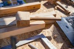 Drewniany dobniaka i metalu wspornik z innymi cieśli ` s narzędziami obrazy stock