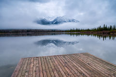 Drewniany dok przy Vermillion jeziorami, Banff park narodowy, Alberta, C fotografia stock