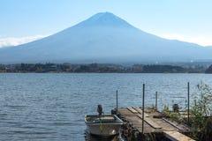 Drewniany dok w Kawaguchiko jeziorze, Fuji góry tło Zdjęcia Stock