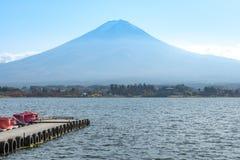 Drewniany dok w Kawaguchiko jeziorze, Fuji góry tło Obraz Royalty Free