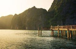 Drewniany dok w tropikalnym raju Halong zatoka Wietnam Fotografia Stock