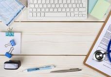 Drewniany doktorski biurko z kopii przestrzenią w środku fotografia stock
