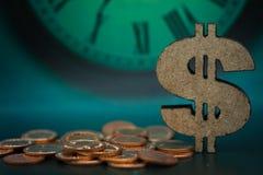 Drewniany dolarowy znak i monety Wizerunku use dla sprzedaży, zakup, handel, transakcja, biznesowy czasu pojęcie Zdjęcie Royalty Free