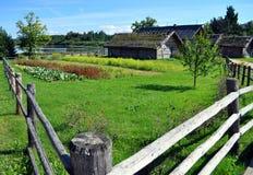 drewniany dom. drewniany ogrodzenie. Fotografia Royalty Free