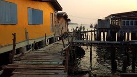 Drewniany dom i most w rybołówstwo wiosce w Tajlandia obrazy stock