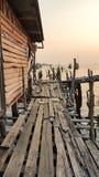 Drewniany dom i most w rybołówstwo wiosce w Tajlandia obraz royalty free