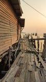 Drewniany dom i most w rybołówstwo wiosce w Tajlandia obrazy royalty free