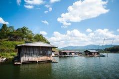 Drewniany dom na rzece przy Tajlandia Obraz Stock