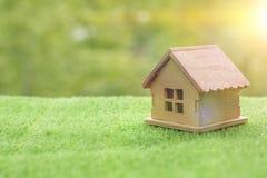 Drewniany dom na trawie przeciw tłu greenery, zdjęcia royalty free