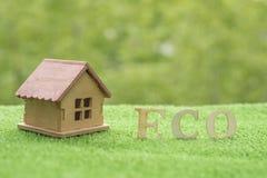 Drewniany dom na trawie przeciw tłu greenery, obrazy royalty free