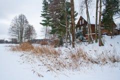 Drewniany dom na zamarzniętym jeziorze zdjęcie royalty free