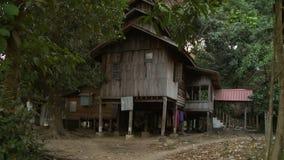Drewniany dom w drewnach zdjęcie wideo