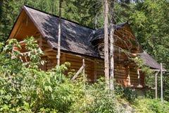 Drewniany dom w lesie zdjęcia stock