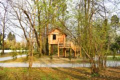 Drewniany dom w miasto parku zdjęcie stock
