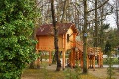 Drewniany dom w miasto parku zdjęcie royalty free