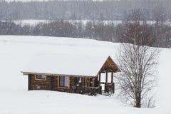 Drewniany dom w zimie w śniegu Zdjęcia Stock