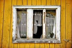 Drewniany dom z łamanymi okno Fotografia Stock