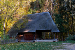 Drewniany dom z drewnianym dachem w lesie zdjęcie royalty free