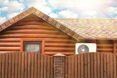 Drewniany dom z lotniczy uwarunkowywa?, fechtuj? si? niebo, chmury niebieski sunlight zdjęcia stock